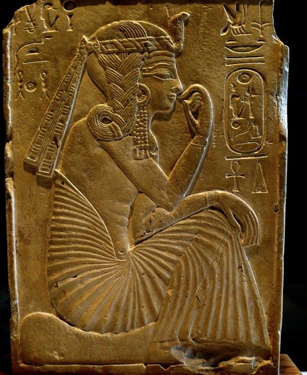 ребенок Рамсес II изображён в виде бога Гарпократа с боковой косичкой Хоруса, означающей, что он сын Осириса
