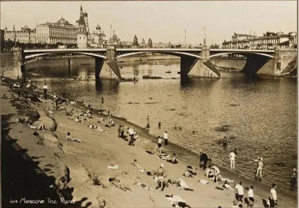 «Долой стыд!» у стен Кремля: настоящий нудистский пляж на берегу Москвы-реки, 1920-е. Одно время такое разрешалось...