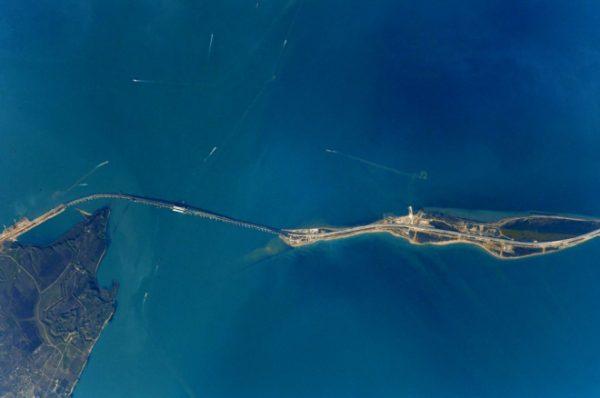 Крымский полуостров и свежие снимки Крымского моста. Я продолжаю наблюдать за стройкой из космоса. Кстати, она идет с опережением графика - уже в мае откроют дорогу для легковых машин и автобусов. Как раз к началу курортного сезона. Антон Шкаплеров