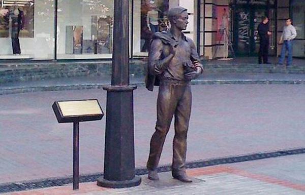 памятник-герою-песни-огней-так-много-золотых-на-улицах-саратова