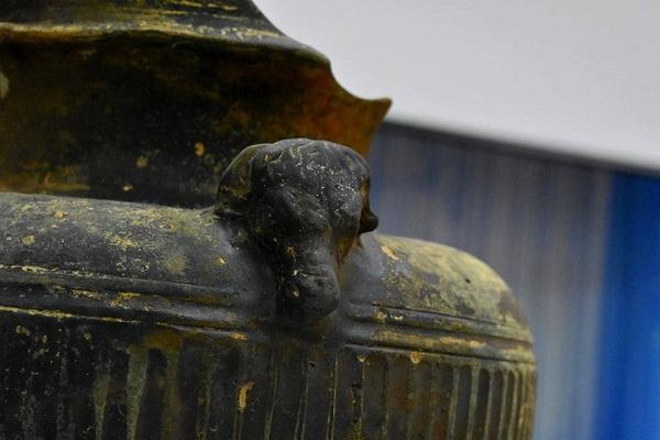 античная ваза с ручкой в виде головы быка