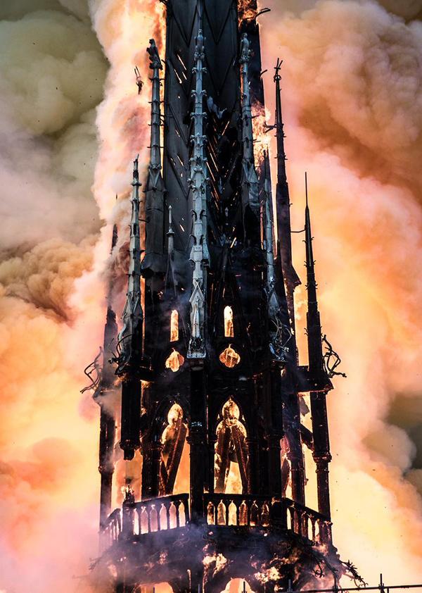Знамение в огне окон шпиля две фигуры покидающие Нотр-Дам... или только я их вижу?