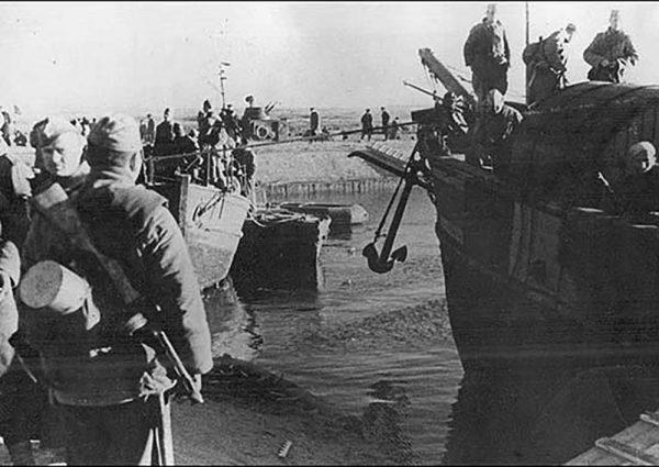 Советские десантники высаживаются в Крыму