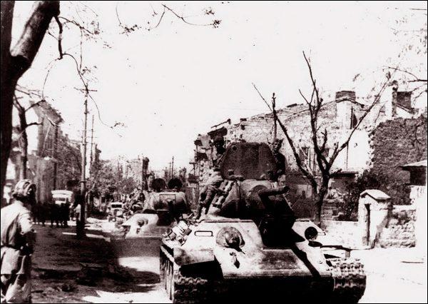 Советские танки на улице Фрунзе (сейчас — проспект Нахимова) Севастополя в дни освобождения города от оккупантов, май 1944 года