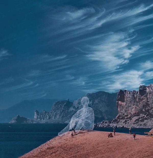00-фестивале Таврида (Крым) установили 15-метровую инсталляцию человека, смотрящего в море.