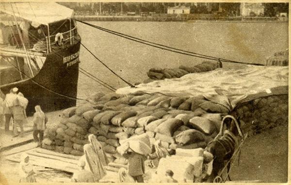 1927 г-выгрузка хлеба для пострадавших в Крыму