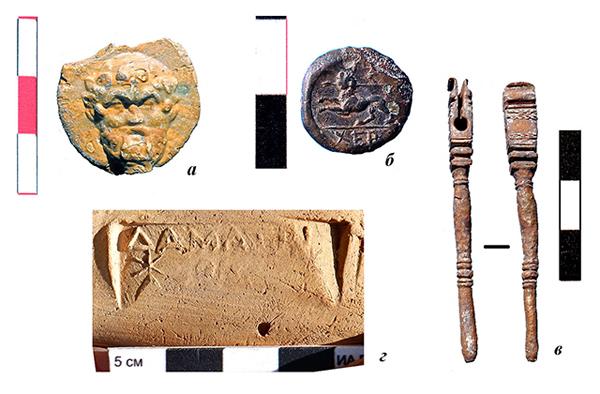 а - навершие булавки или шпильки, стекло многоцветное; б - монета Херсонеса, 2 пол. 4 в. до н.э.; в - деталь бронзового инструмента (?); г - клеймо на ручке родосской амфоры