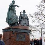 В Керчи установлен памятник единству Крыма и России
