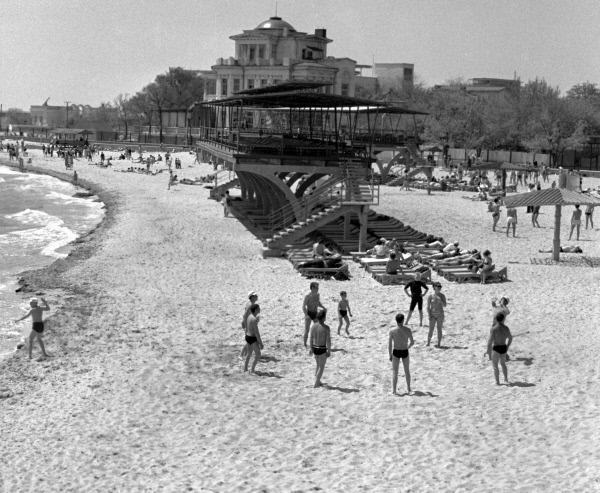 1970 год -полупустой пляж в парке им Фрунзе в Евпатории
