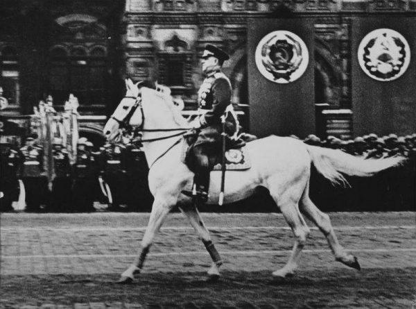 24 июня-Маршал Г. К. Жуков принимает Парад Победы в Москве
