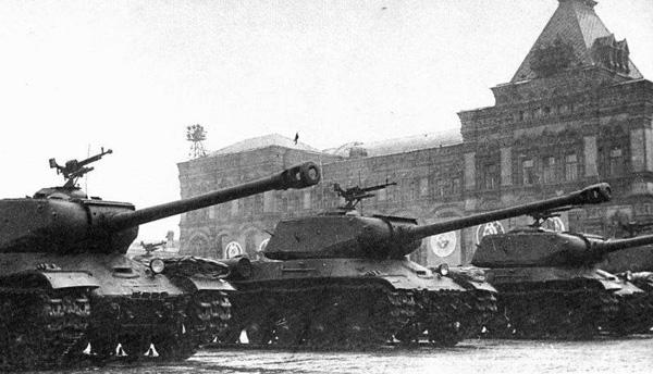 24 июня-Т1945-яжелые танки ИС-2 проходят по Красной площади