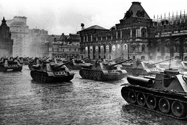 24 июня 1945-Тяжелые танки ИС-2 проходят по Красной площади -