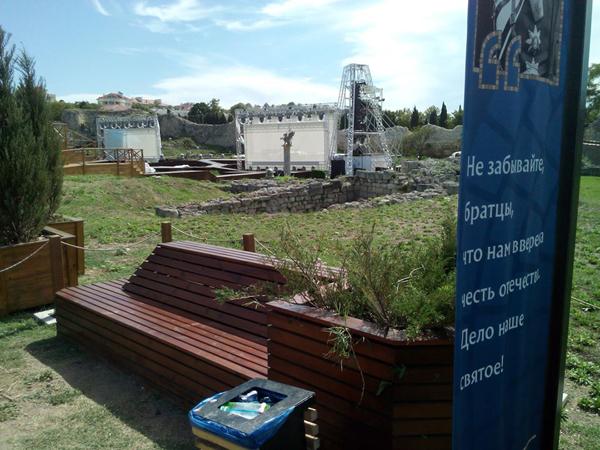 Фото 18. Сцена спектакля -Грифон, расположенная на руинах Цитадели III в. до н.э.