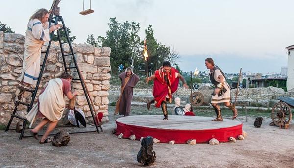 Фото 2. Театральное представление в античном театре.