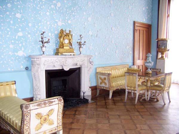 Голубая гостиная Алупкинского дворца . В 1863 году здесь выступал один из основоположников русского реалистического театра Михаил Семенович Щепкин