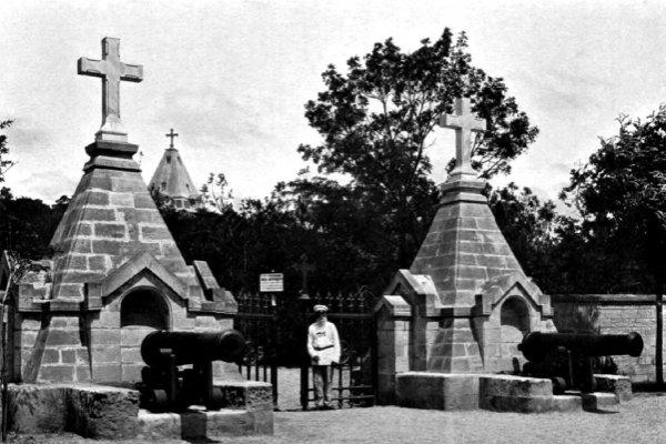 Севастополь. Вход на мемориальное кладбище.