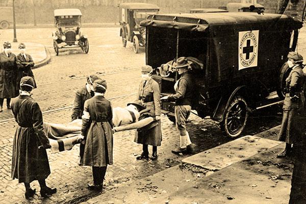 Сотрудники Американского Красного Креста перевозят тела умерших от гриппа 1918