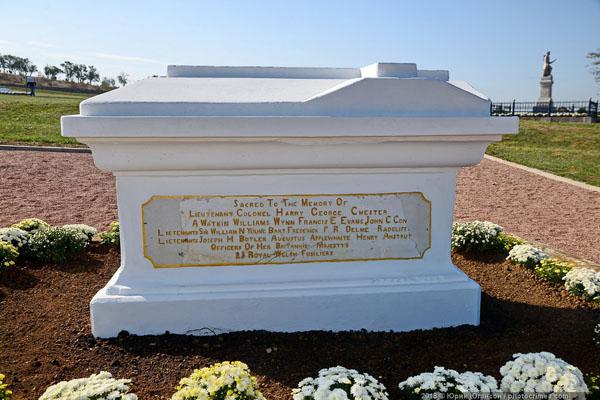 памятник на могиле офицеров 23-го Королевского Уэльского фузилерного полка,