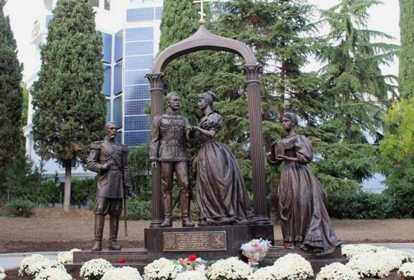 памятник николаю и алисе в алуште
