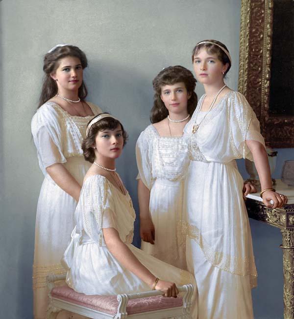 Великие княгини Мария, Татьяна (сидит), Анастасия и Ольга