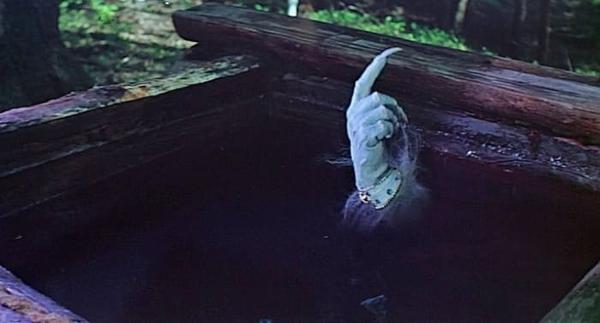 Чудо-юдо высовывает палец из воды и грозит царю: «Должок!»