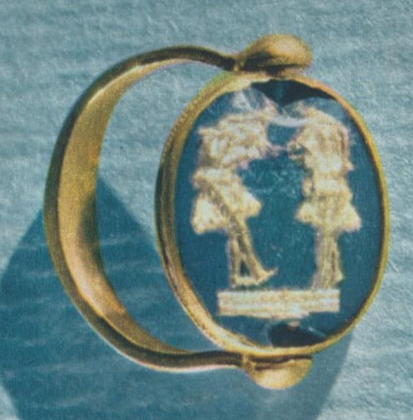 Золотой перстень с изображением двух танцовщиц на щитке.  Павловский курган.