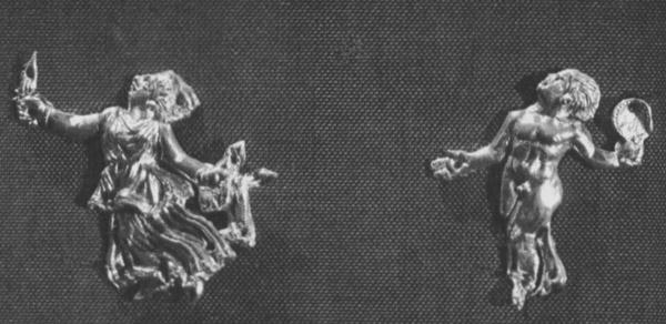 Две золотые бляшки в виде рельефных фигурок танцующих менад в длинном платье и нагого юноши. У менады в правой руке нож, в левой ягнёнок, у юноши — тимпан.  Большая Близница.