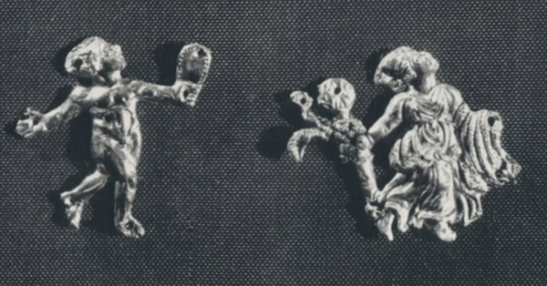 Золотая Бляшки в виде рельефных фигурок танцующих — нагого юноши и одетой девушки (менады) с тирсом.