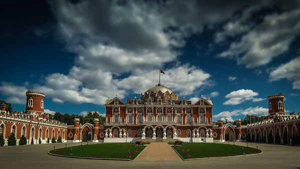 Петровский путевой дворец парк в Москве8