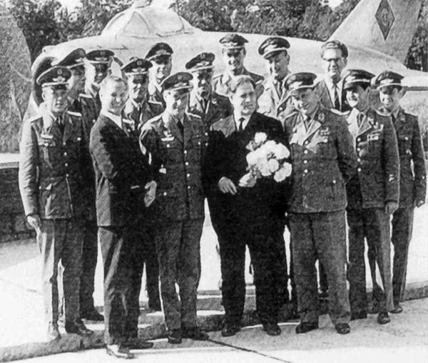 Девятаев перед мемориалом в 1972 г