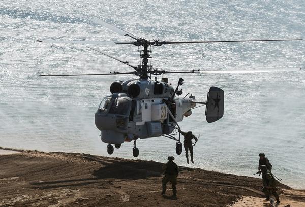 Вертолет Ка-27 во время учений