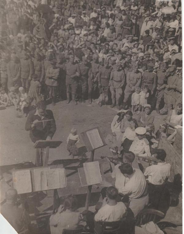 1944 год - духовой оркестр играет на Театральной площади освобождённой от фашистов Евпатории